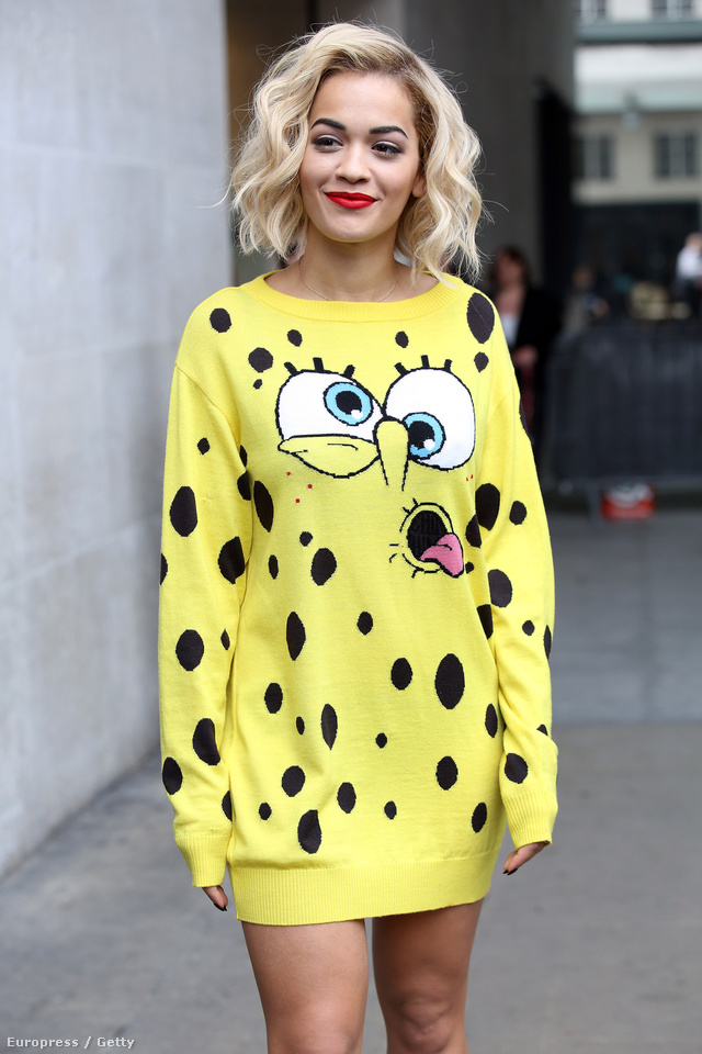 Rita Ora a Jeremy Scott féle SpongyaBob pulóverben érkezett a BBC-hez.