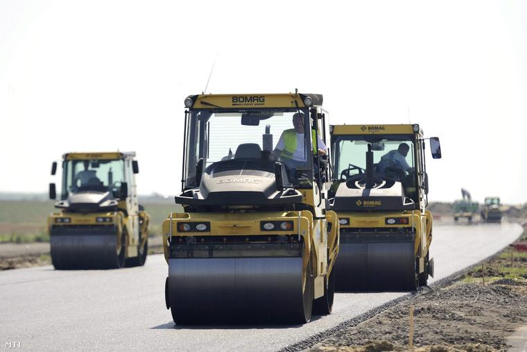 Munkagépek dolgoznak a Makó felé vezető pályatest építésén az M43-as autópálya Makó és az országhatár közti szakaszán