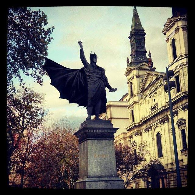 Batman akkora hős lett, hogy Gotham után a Petőfi téren is szobrot kapott.