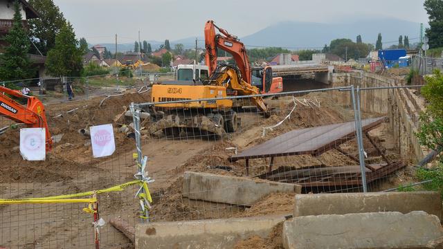 A pilisvörösvári vasúti felüljáró építési helyszíne. A képen a 10-es út vége, a forgalom jelenleg egy kertváros házai közé terelve halad