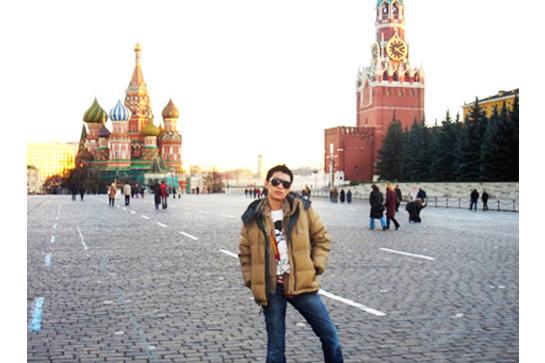 Bryanboy pufidzsekiben pózolt 2004-ben a Vörös téren.
