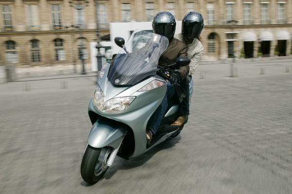 Ez a Yamaha YP400 Majesty eredeti formája. 2004-től 2010-ig gyártották így, ekkor teljesen új első traktust építettek hozzá. A Yamaha főváza alumínium ötvözet, a hátsó segédváz acélcsőből készül