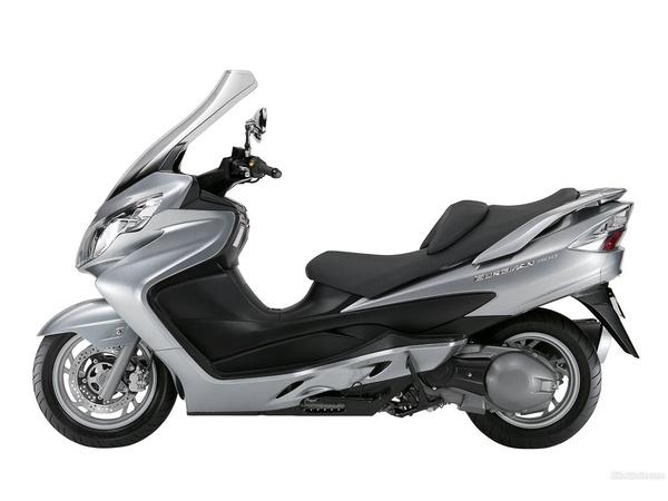 A K7-es Burgman 400 teljesen új motorblokkal készült. Ez már nem zabálja úgy a motorolajat, mint a régebbiek zöme, és tartósabb is