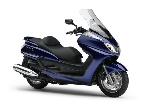 A Majesty 400 tengelytávja érzékelhetően rövidebb, mint a Suzukié