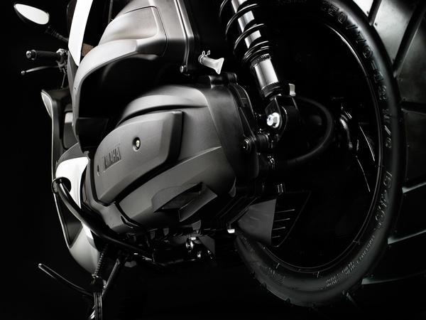 Két légszűrő tisztítja a motorba jutó levegőt a Majesty 400-on. Együttes áruk, gyári alkatrésszel számolva 14 ezer forint, a Burgman egyetlen szűrőjét néha 5, máskor 11 ezer forintért kínálja a Suzuki