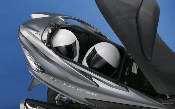 62 literes poggyásztér jár a Suzukihoz, a Yamaha raktere más elrendezésű ugyan, de az is 60 literes