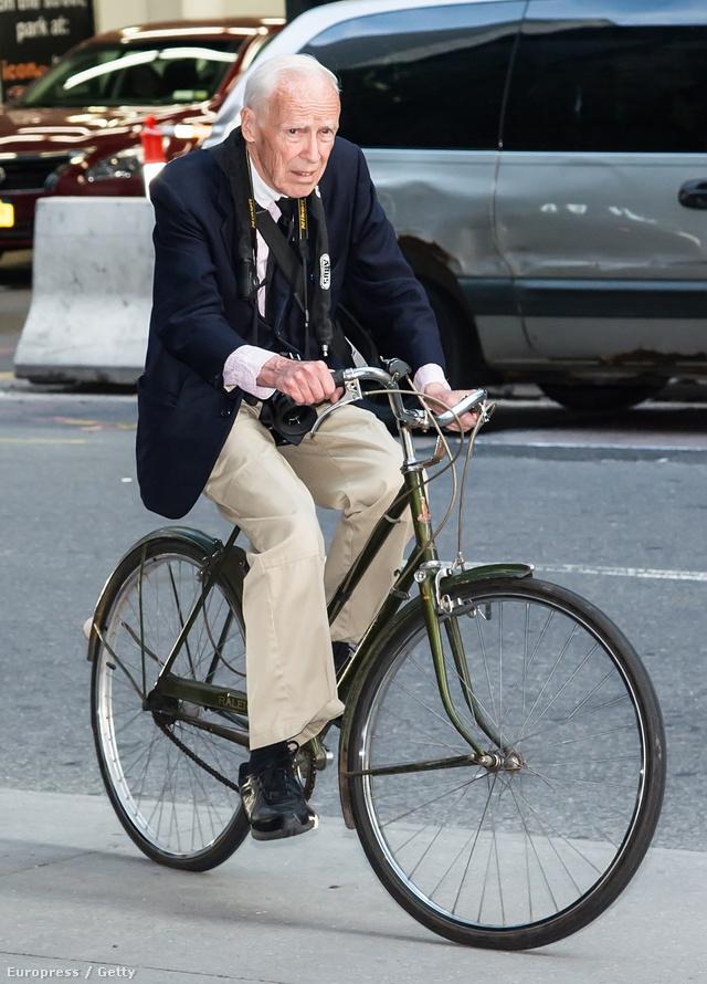 Több, mint harminc éve járja biciklivel a várost.