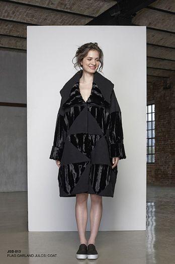 Túlméretezett kabát feketében.