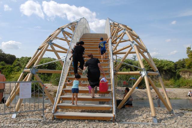 Shigeru Ban könnyű szerkezetes hídja
