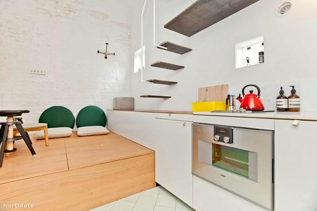 Nappali és étkező egy és ugyanaz egy 18 négyzetméteres házban.