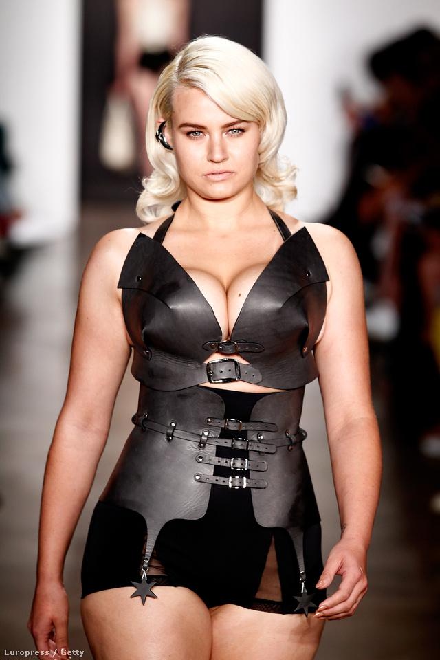 Teltkarcsú modell Zana Bayne bemutatóján.