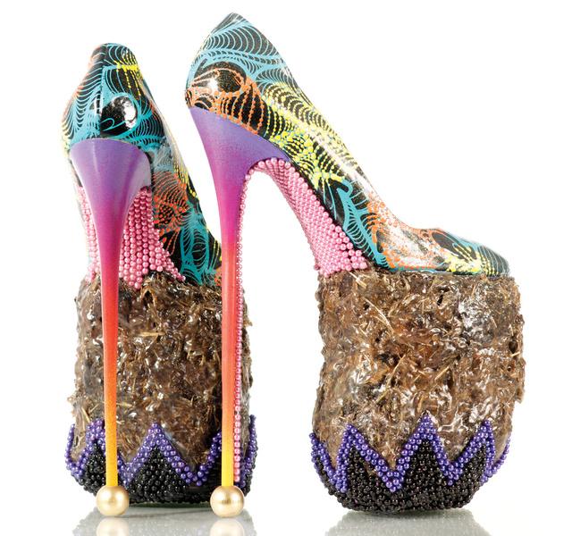 A brit cipőművész, INSA elefánttrágyából készült talpú magassarkúját is megcsodálhatjuk.