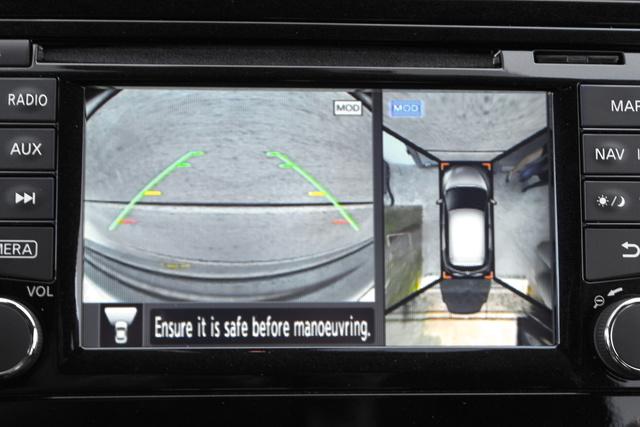 Balra a tolatókamera képe, jobbra a 360 fokos nézet. Ez zseniális
