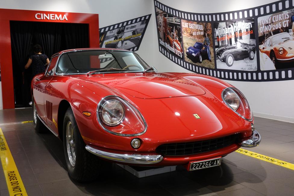 Ferrari 275 GTB. Ez a legendás 250-es széria utódja, a sokkal modernebb vonalvezetésű Daytona elődje. 1964-1968-ig készült, ez itt pedig már a hosszabb orrú, frissített kivitel. Roman Polanskinek is ilyenje volt, Steve McQueen pedig át is alakíttatott magának egy másikat, kabrióvá
