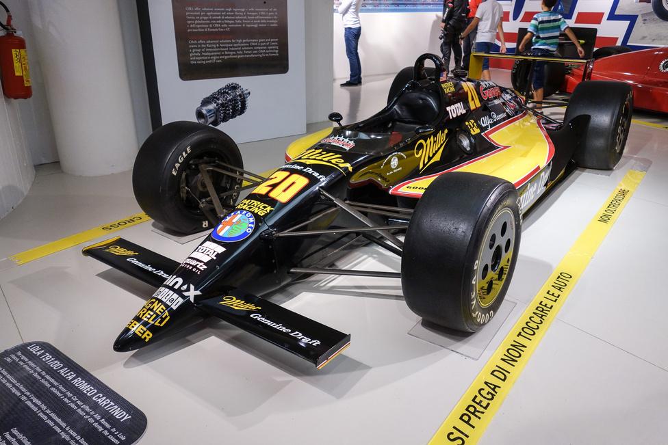 Mit keres a Ferrari-múzeumban egy ilyen? Hiszen ez Indy-autó, ráadásul egy Lola! Naja, csakhogy a motorját a Ferrari kezdte tervezni egy soha be nem fejezett Indy-autóba, majd a blokkot úgy, ahogy volt, beszerelték egy Lola-vázba, s a kocsi Alfa-színekben indult. Az 1991-es autó neve Lola T91/00 Alfa Romeo Cart, motorja 2649 köbcentis és 690 lóerős