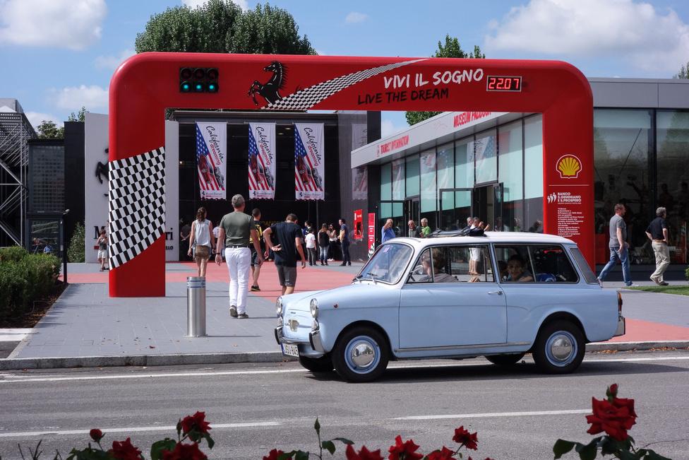 Ha úgy vesszük, méltatlan transzporttal érkeztünk a maranellói Ferrari-múzeum elé. De Budapestről küzdöttük magunkat odáig, ezzel a kis rommal, családostól, át a hegyeken... Persze, ott, a parkolóban azért kísértésbe estünk: tíz percre egy Ferrari F430 Spider 70, egy Ferrari California (két utassal akár) vezetése 80 euróba került volna