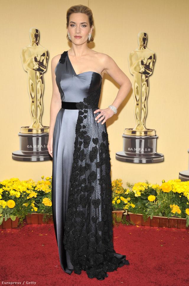 A színésznő elképesztően elegánsan mutatott a 2009-es Oscar-gálán is, ahova Yves Saint Laurent Atelier szürke színű, egyvállas estélyiruhájában érkezett.