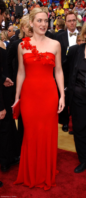 Kate Winslet a 2002-es Oscar-gálán viselte Ben de Lisi mesés, élénk piros színű estélyi ruháját, amelynek virágos pántja finomított a kényesnek tartott vállrészen, miközben kiemelte bőre fehérségét és szép dekoltázst is kölcsönzött neki.