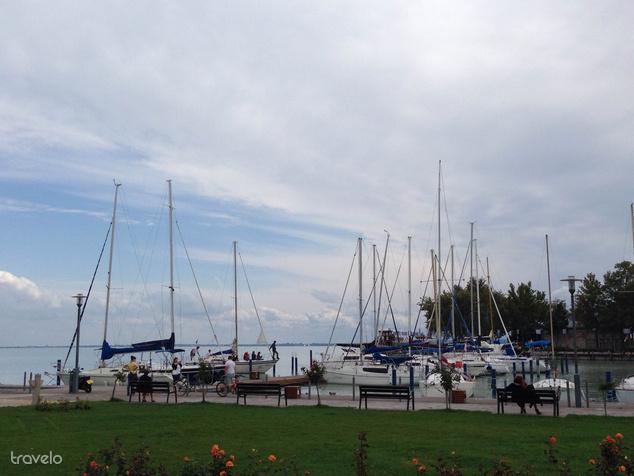 A kikötőben ősszel is nyüzsögnek