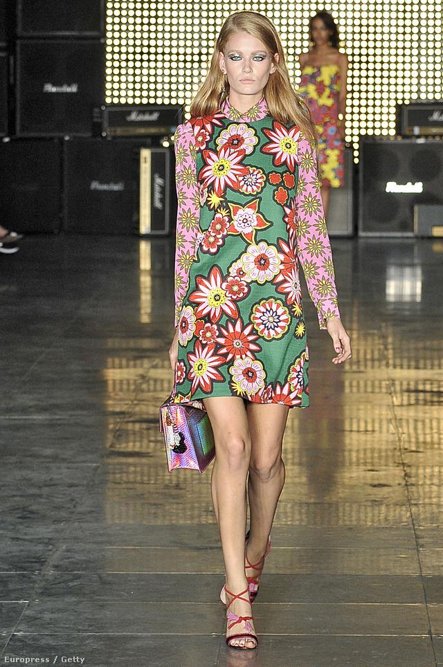 A bemutató első sorában olyan divatba jött celebnők nézhették végig a giccses virágos mintákban nem szűkölködő showt, mint Alexa Chung, Daisy Lowe vagy Pixie Lott.