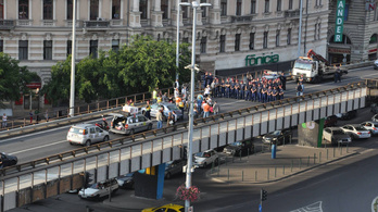 Elfoglalták a Nyugati felüljárót, oszlattak rendőrök