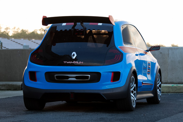 A hátsó sárvédőbe beleharapó lámpatest az R5 Turbo szellőzőnyíllásaira rímel