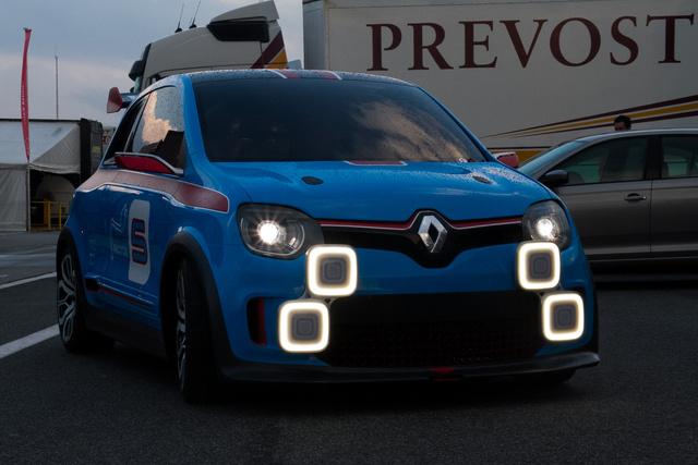 A Twin'Run extra lámpáit nem mindenki érti. Van, akinek el kell magyarázni milyen autón és miért voltak kegészítő fényszórók
