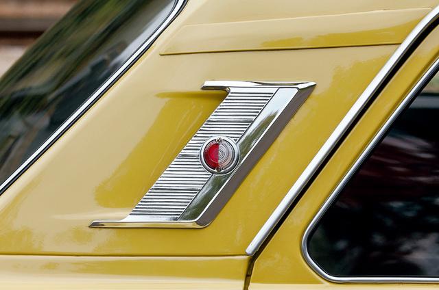 Még egy ilyen sárga autón is vonzza a szemet a C oszlop mutatós rácsa