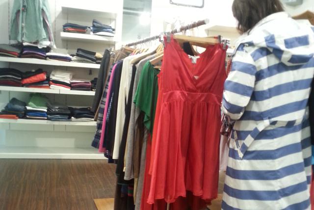 Gant, Parndorf: 40 eurós ruhák, felsők egy állványon.