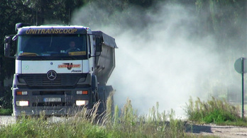 Dolomitos kamionok porolnak Bicskén