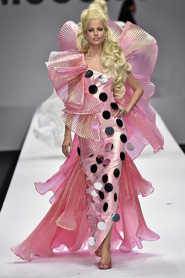 Barbie ruhák a Moschino kifutóján.