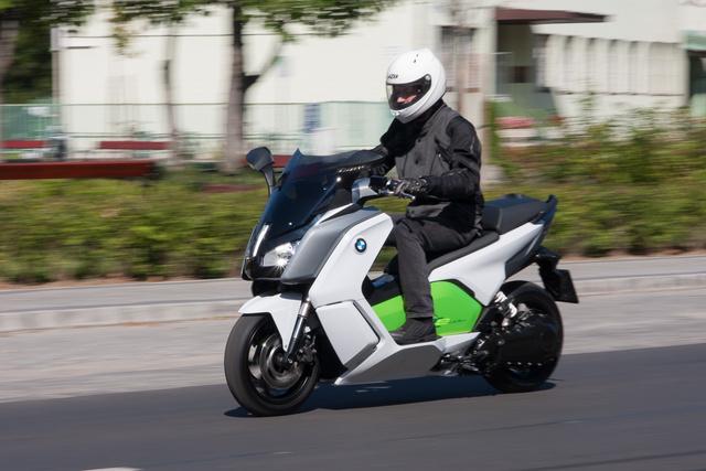 Normal és Dynamic-módban kegyetlenül megy a BMW. Állóhelyzetből 6,2 másodperc alatt gyorsul százra. Egy 60 lóerős, és 66 newtonméter legnagyobb nyomatékú BMW C600 Sportnak ugyanez 7,1 másodpercig tart