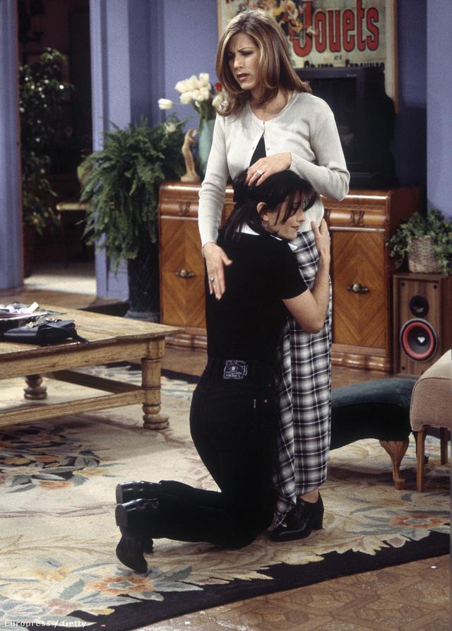 Köztudott, hogy a sorozatban a Ralph Lauren divatháznál dolgozó Rachel, azaz Jennifer Aniston öltözködött a legjobban. Így nem csoda, hogy az elmúlt évek slágerdarabját, a hosszú kockás szoknyát is ő viselte ebben a jelenetben.