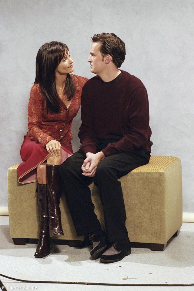 Ha nem is olyan lotyós stílusban, mint napjainkban, de a kilencvenes évek közepén is trendi volt a térdi érő bőr csizma, amit láthattunk Rachelen és Monicán is a sorozat jó pár epizódjában
