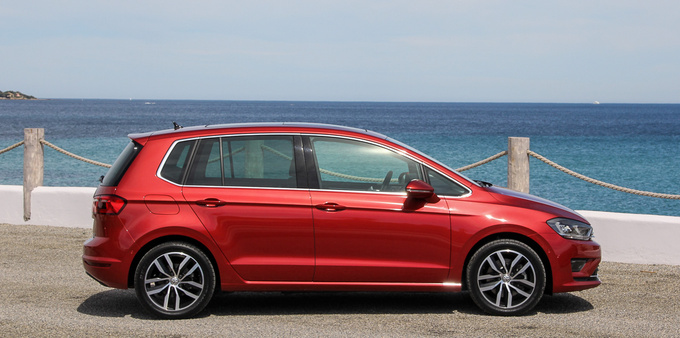 Both the overall length and the wheelbase are slightly larger than on the Golf, resulting in vastly superior space