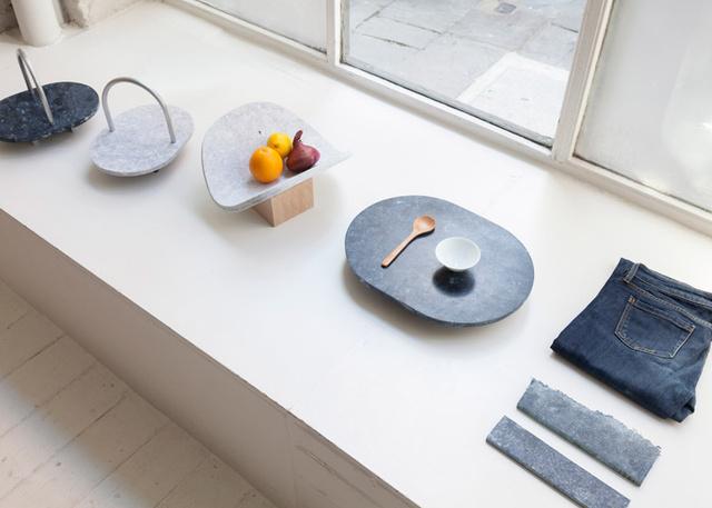 Melynek egyik legnagyobb érdekessége az, hogy ezek az első ránézésre kőnek látszó designerdarabok olyan újrahasznosított kompozit anyagokból készültek, mint kopott farmerek, elhasznált pamut vagy  papír.