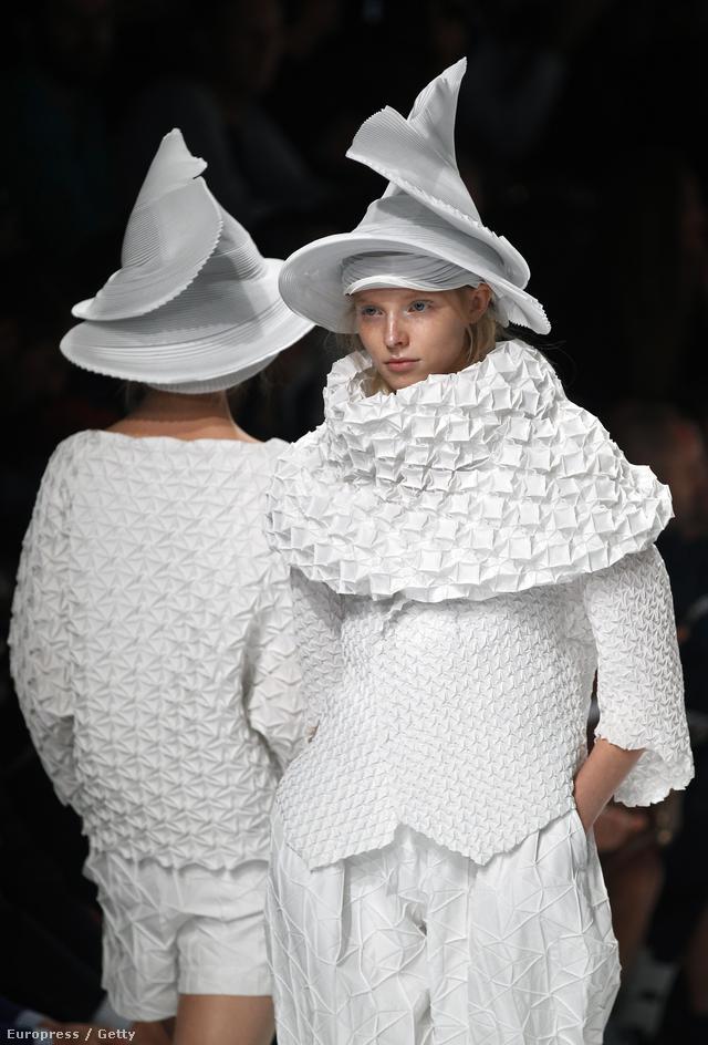 A Párizs központjában bemutató tervező ezúttal is egy egyedülálló kollekcióval rukkolt elő, melynek főszereplői a tervezőtől megszokott és elvárt redős darabok voltak. A gyűjteményhez készített kalapokat viszont nem tudjuk hova tenni.