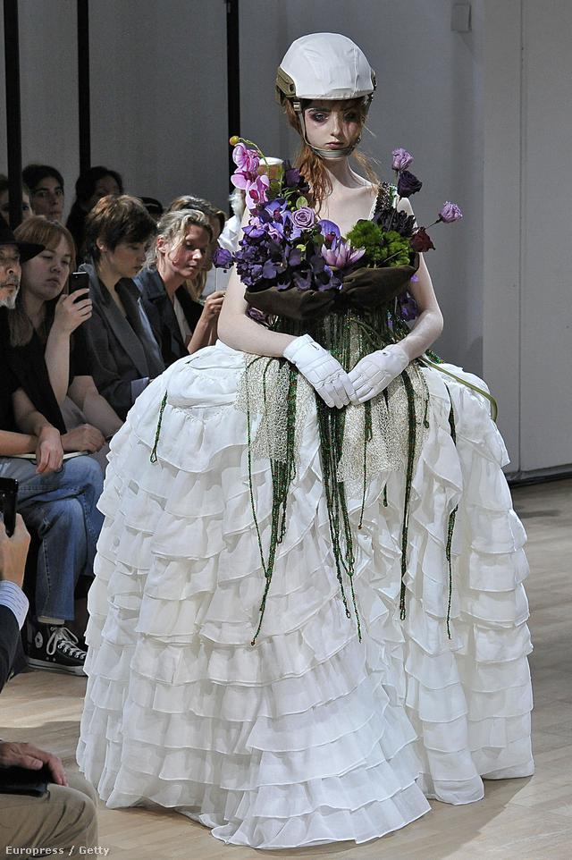 A designer az érzékiségre és a szexuális szabadságra helyezte a hangsúlyt a tervezés során, mégis sokakat meglepett a showt záró bizarr menyasszony és annak ruhája.