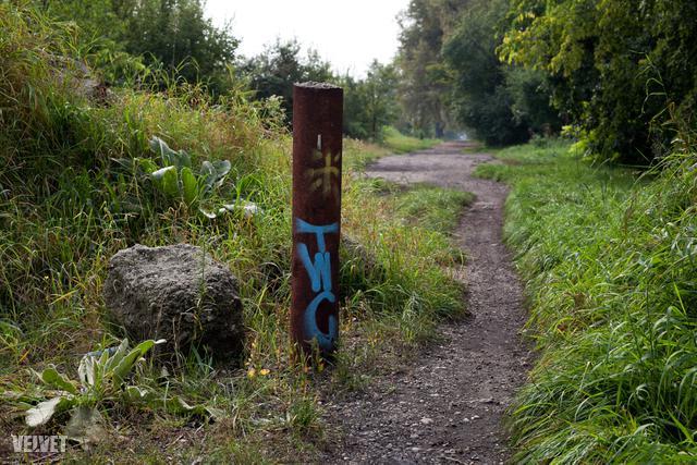 Aztán a macskakőből földút, abból pedig egyszerű, hol aszfaltos, hol hepehupás, földes ösvény lesz.