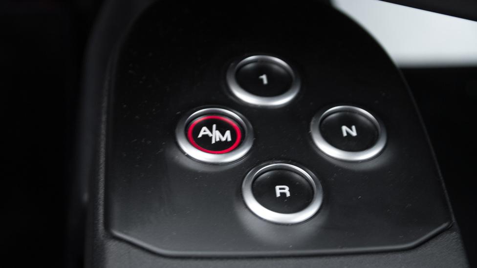 Az egyes szám a tulajdonképpeni D az automataváltón, az A/M kapcsolóval a kézi ill. automata üzemmódot választhatjuk.