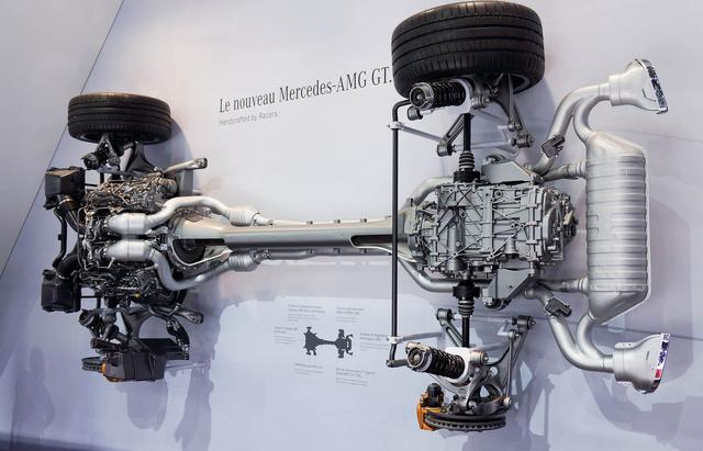 A V8-as két hengersora között a turbó, hátul a váltó. A masszív csőben futó kardán annyit forog, mint a motor