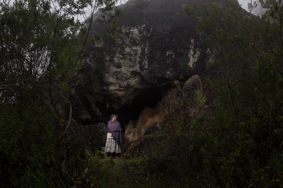 Hermelinda,a barlang előtt, ahol anyja világra hozta. Az idős nő otthonosan mozog az ágakkal sűrűn benőtt erdőben.