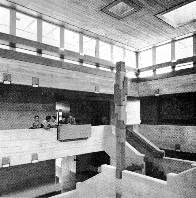 Ez a Basel közelében, egy svájci kisvárosban található általános iskola 1962-ben épült és tökéletesen összefoglalja, hogy milyen stílusjegyek jellemzik a 2006-ban elhunyt építészt,Walter Maria Förderert.