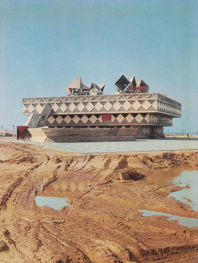 Első ránézésre lehet, hogy kicsit nehéz elhinni, hogy ez az épület a brutalista építészet egyik legszebb példája,de a négyszögletes formájú, betonszerkezetes  geometriai kompozíciónak is beillő épület tökéletesen rezonált az angol-amerikai kortárs építészek munkáira a hatvanas évek elején.
