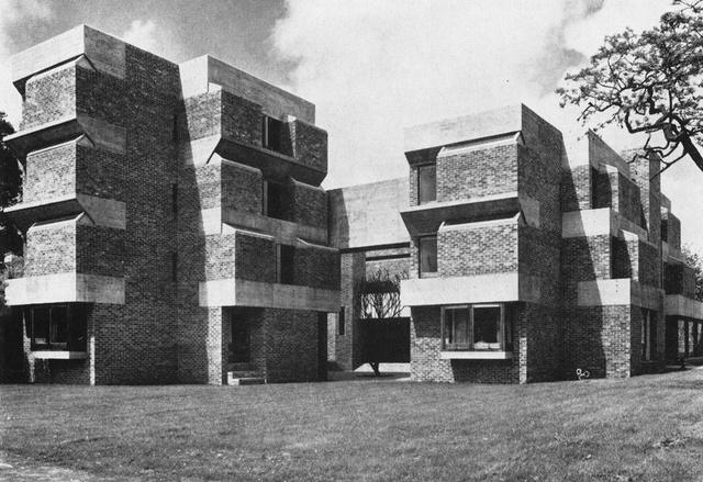 A Hittudományi Főiskola erőd-szerű épülete mintha Le Corbusier Párizs külvárosában található Maisons Jaoul tervének egyfajta sztereoid változata lenne.