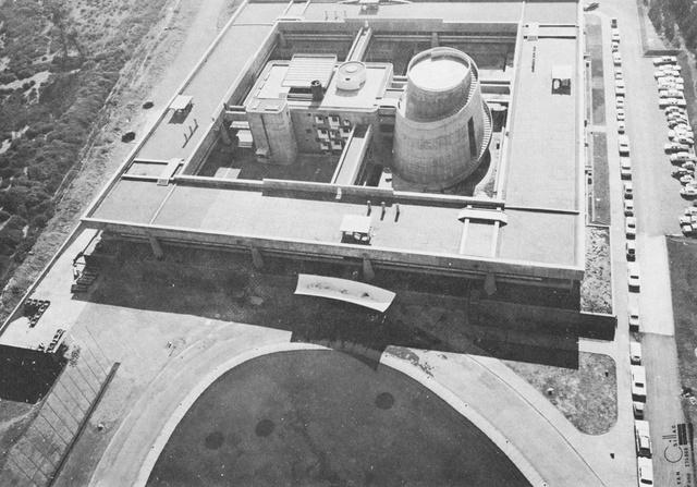 """Duhart az éghajlati igényeknek megfelelően, a szeizmatikus követelményeket és a helyi építési hagyományokat figyelembe véve tervezte meg az egykori Ensz épületet, melynek egyik fő """"díszítő eleme"""" az épületen belül található  spirál formájú, csiga-szerű épületrész."""