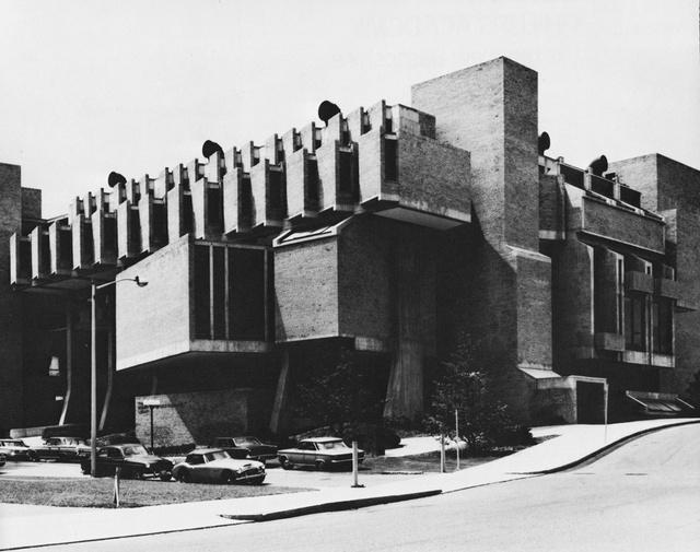 A művész családban felnőtt Johansent egyébként nem más tanította a Harvard Egyetemen, mint a Bauhaus alapítója, Walter Gropius.