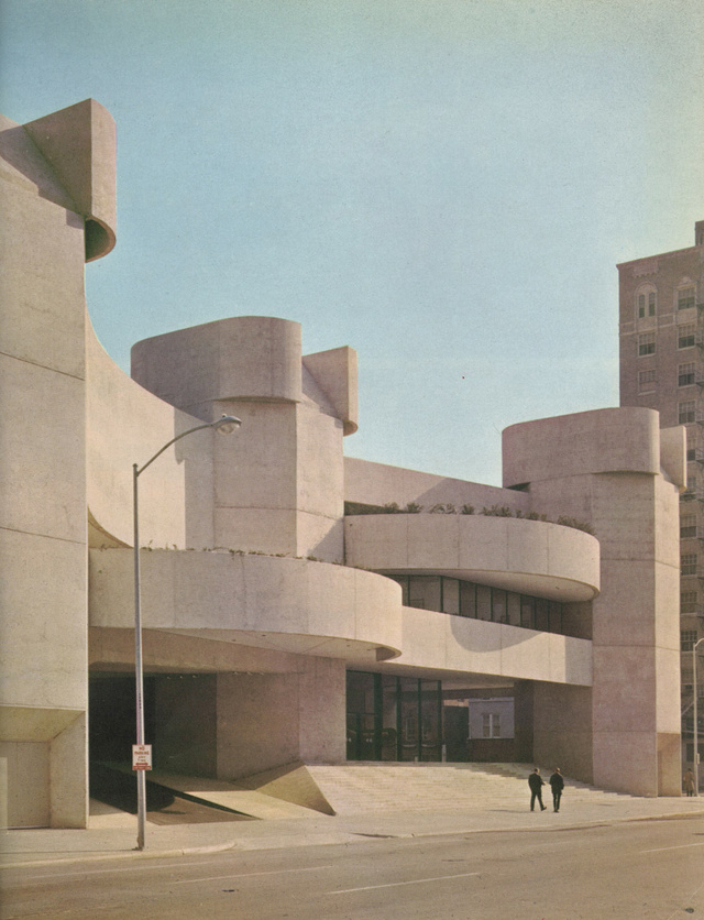 A brutalista stílusban épült színházat éppen most újítják fel 50.000.000 dollárból Houstonban. A modern épület tervezője a háborút követő években Walter Gropius osztályába járt, ahol olyan sztárépítésszé vált osztálytársai voltak, mint például Im Pei, Ed Barnes , Paul Rudolph és Johansen.