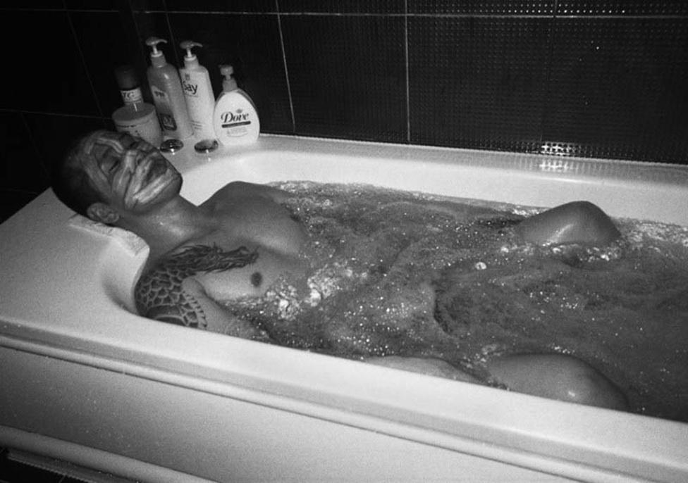 Önarckép a kádban. A jakuzák által látogatott bordélyházakban a lányok nemcsak szexuális szolgáltatásaikkal, hanem fürdővel, masszázzsal és arcpakolásokkal is kényeztetik a jellegzetesen tetovált férfiakat.