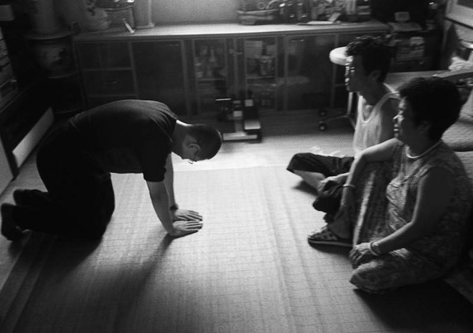 Az egyik jakuza fia meghajolva tiszteleg szülei előtt, katonai kötelezettségei megkezdésekor. A jakuza társadalomnak a tisztelet és a hűség ugyanolyan fontos sajátossága, mint a rettegésben tartás. Vagy mint a jelen gondozása és a múlt ápolása is.
